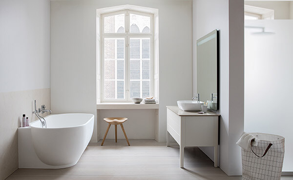 prosta łazienka zwanną iszafką zlustrem