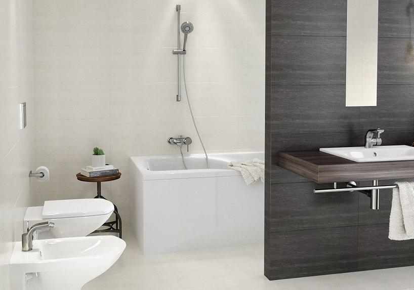łazienka przedzielona brązową ścianką