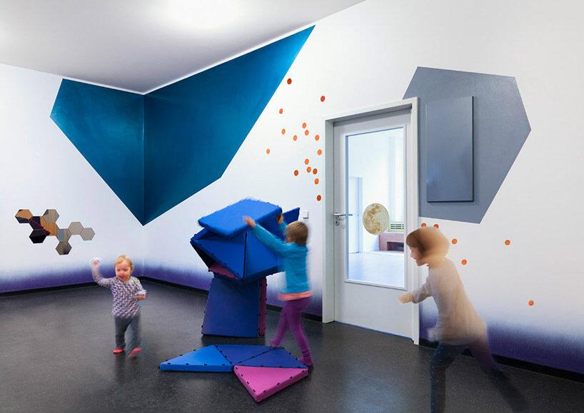 przedszkole niebieskie ściany dzieci