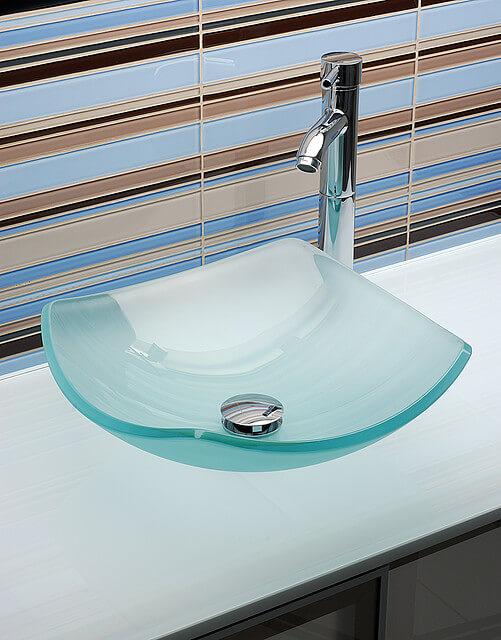 niebieska umywalka zkranem