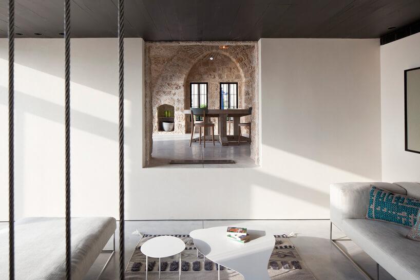 nowoczesne pomieszczenie obok kamiennego