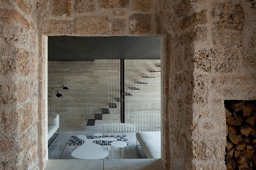 wiodk zwnętrza zkamiennymi ścianami na nowoczesne