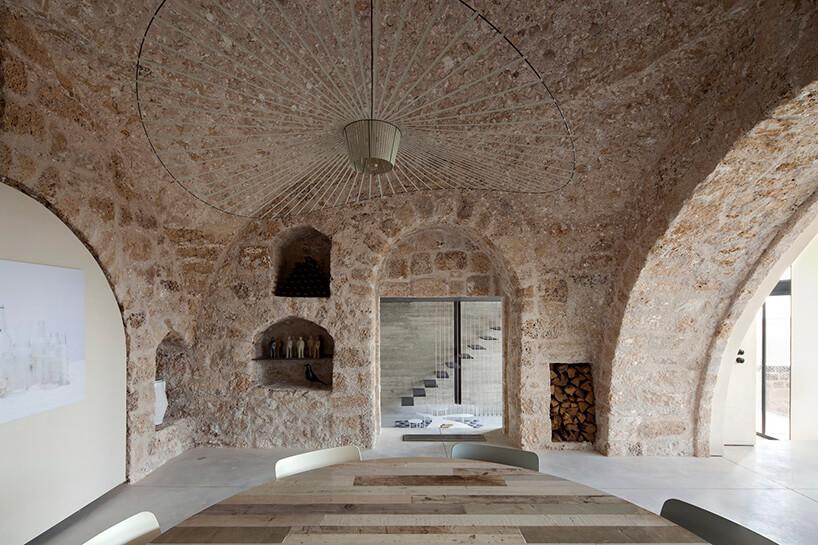 jadalnia pośród kamiennych ścian