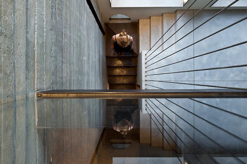 nowoczesne schody wkamiennym domu