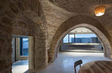 wnętrze domu z kamiennych ścian