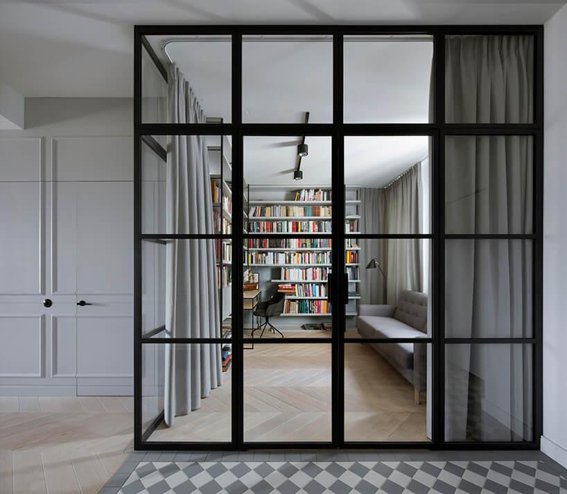 biblioteczka wnowoczesnym białym zdjęciu oddzieloną szklaną ścianą