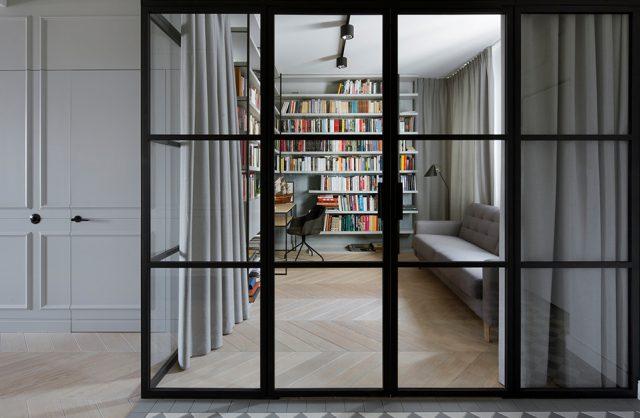 biblioteczka w nowoczesnym białym zdjęciu oddzieloną szklaną ścianą