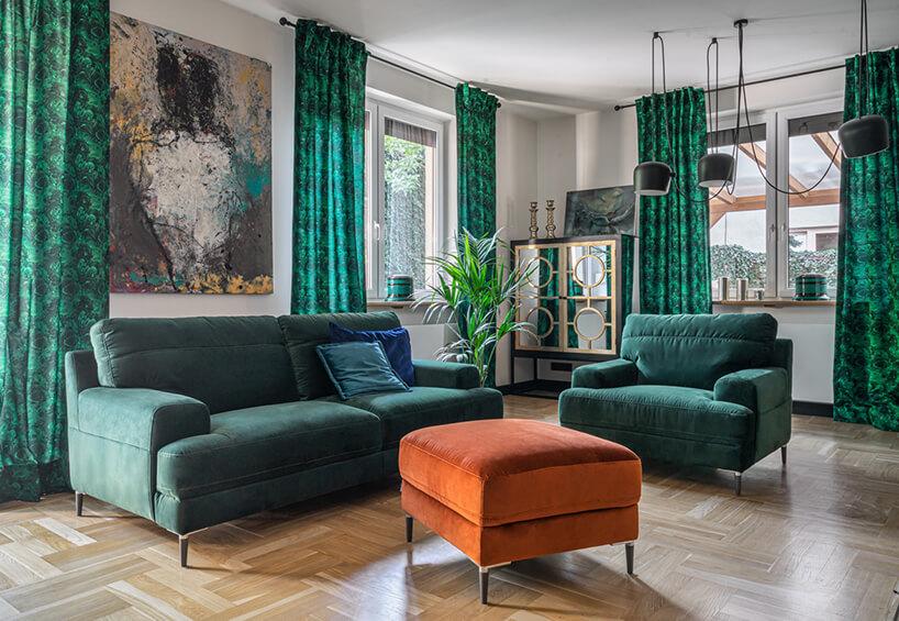 zielony zestaw wypoczynkowy Monday od Gala Collezione zielona sofa obok zielonego fotela przy pomarańczowej pufie