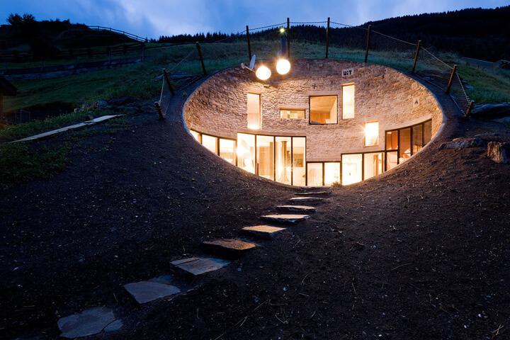 oświetlony dom wgórze