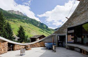 taras domu wkomponowanego w alpejskie zbocze