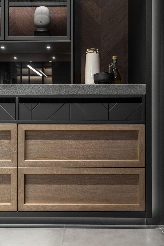 elegancki ciemny kredens kuchenny od ernestrust eleganckie detale na jasnymi frontami szuflad