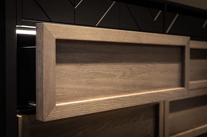 elegancki ciemny kredens kuchenny od ernestrust zjasnymi frontami otwartej szuflady