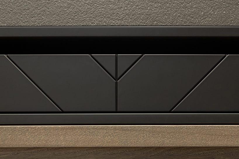 elegancki ciemny kredens kuchenny od ernestrust czarny detal pomiędzy szarym blatem ijasnym frontem