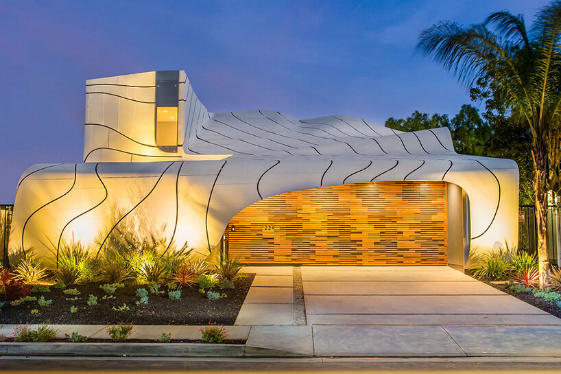 fasada domu wsztucznym świetle