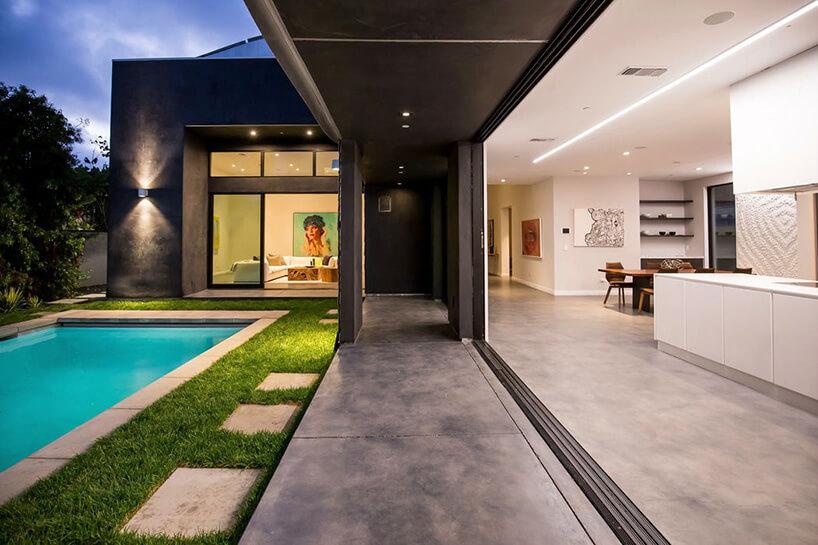 podcienia domu obok basenu