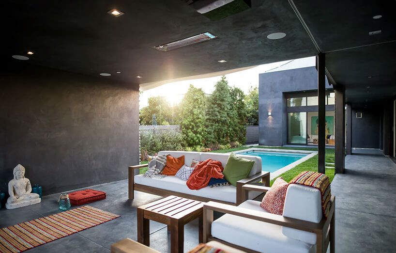 patio nad basenem