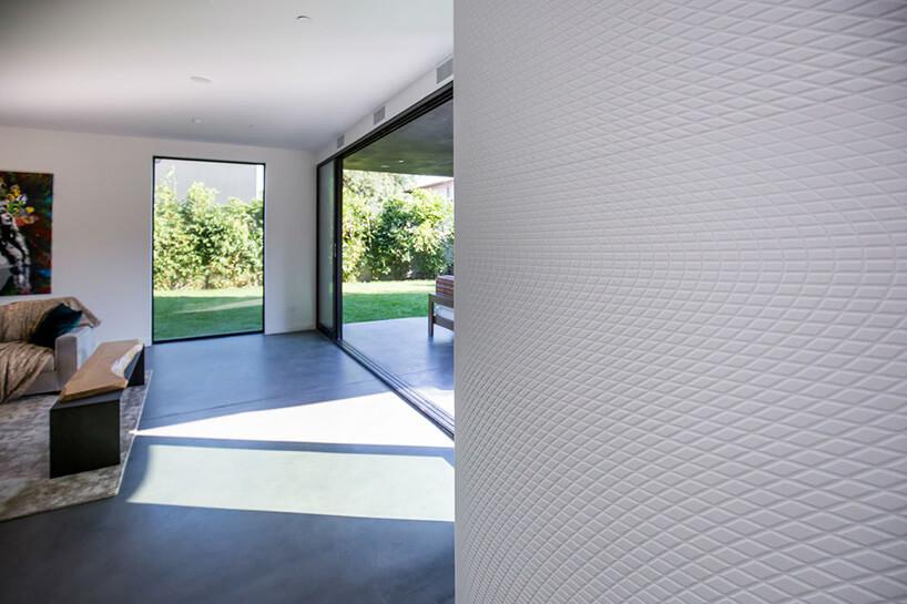 biała ściana wsalonie