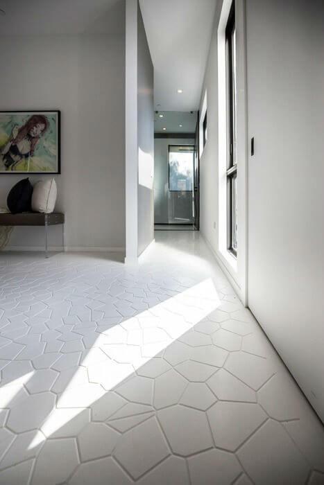 biały korytarz na parterze