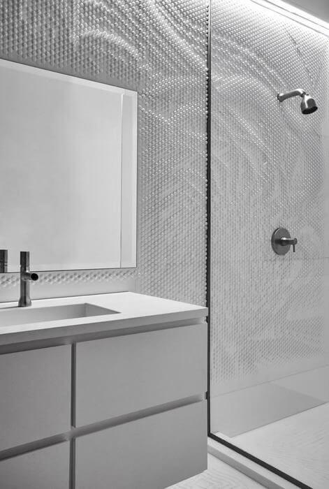 biała łazienka na piętrze