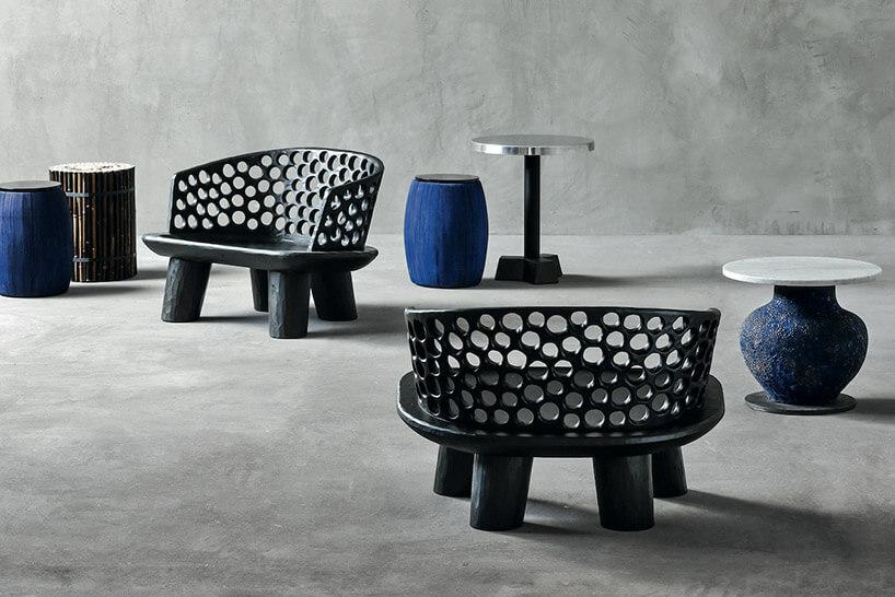 czarne krzesła iceramiczne stoliki na szary tle ścian