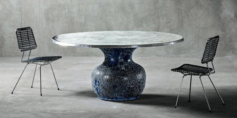 czarne krzesła ceramiczny stolik na szary tle ścian