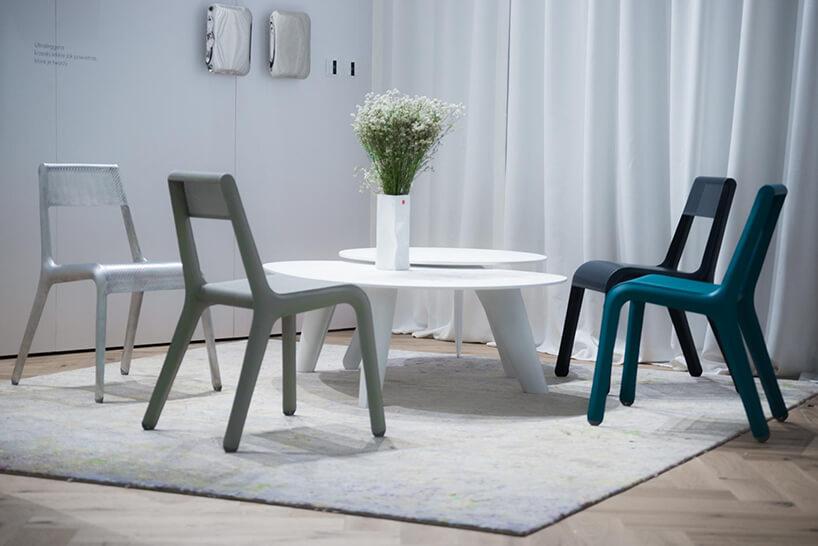 cztery różnokolorowe krzesła Ultraleggera od Studio Zieta waranżacji przy białym stoliku
