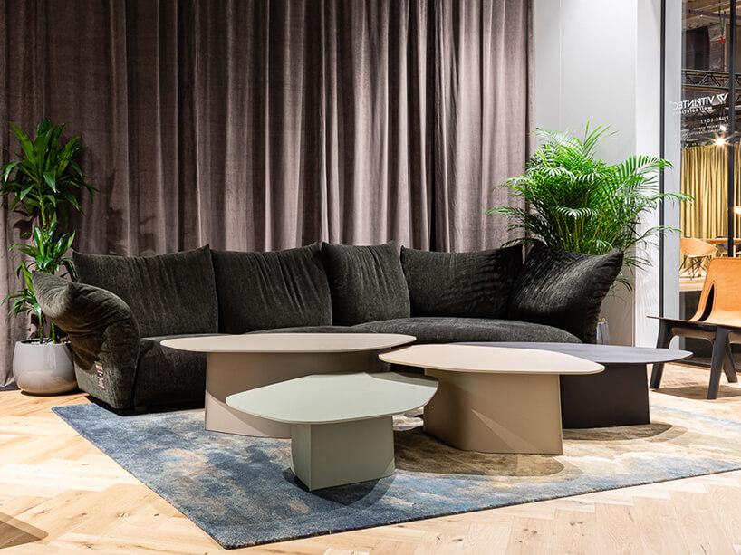 wielkości stoły Parova od Studio Zieta waranżacji salonu na tle brązowej kuchni