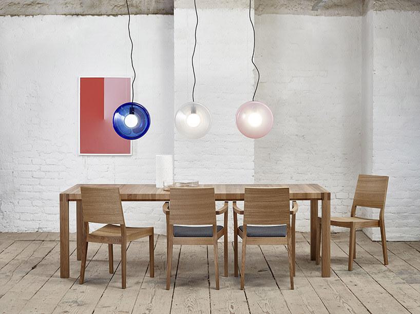 drewniany duży stół icztery krzesła