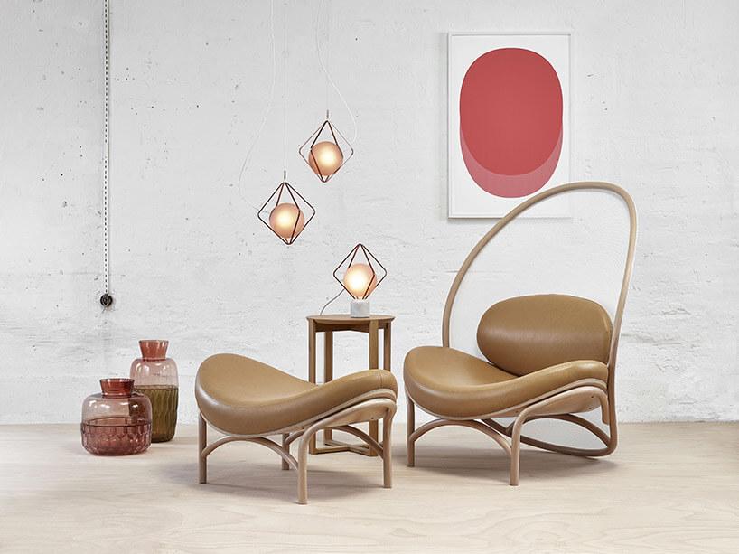 brązowy fotel znietypowym siatkowym oparciem