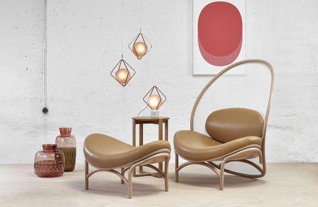 brązowy fotel z nietypowym oparciem