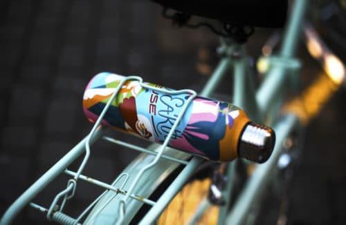 kolorowa butelka umieszczona w bagażniku roweru w kolorze miętowym