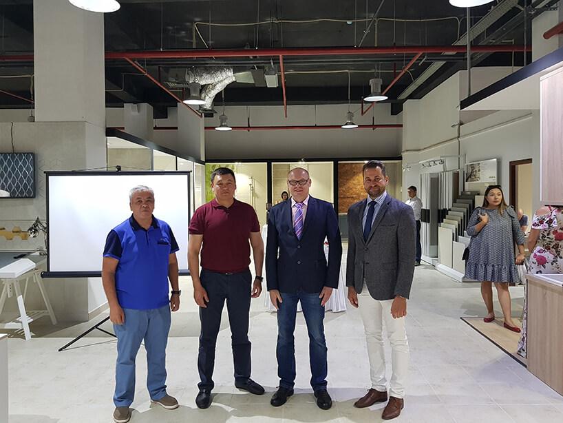 czterech mężczyzn podczas otwarcia salonu Ceramiki Tubądzin wKazachstanie
