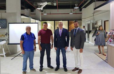 czterech mężczyzn podczas otwarcia salonu Ceramiki Tubądzin w Kazachstanie