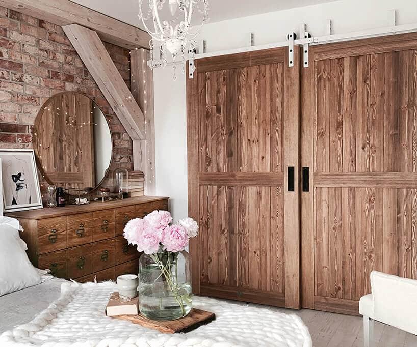 drewniane dwuskrzydłowe duże drzwi przesuwne wsypialni zdrewnianymi belkami narożnymi