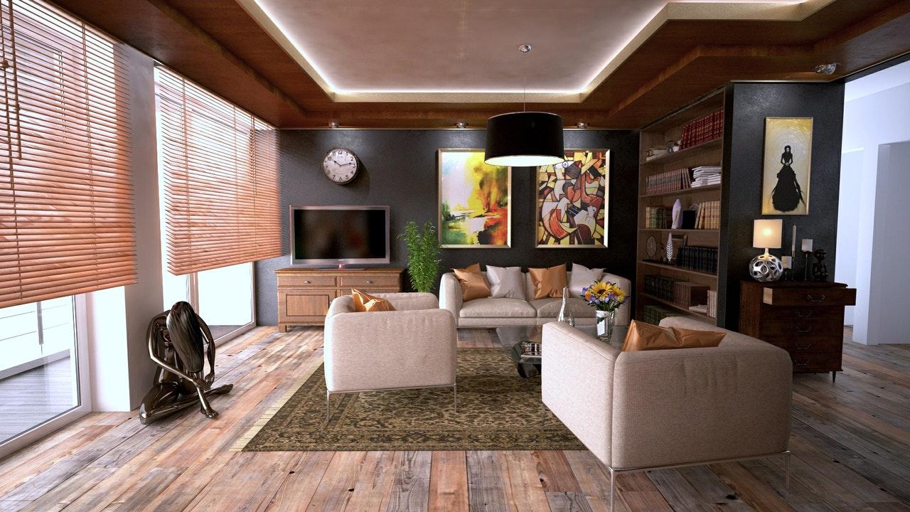 kremowy pokój dzienny zdużym obrazem na ścianie od pixers