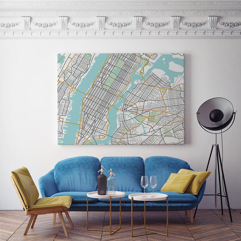 czarna lampa obok planu miasta na obrazie za sofą
