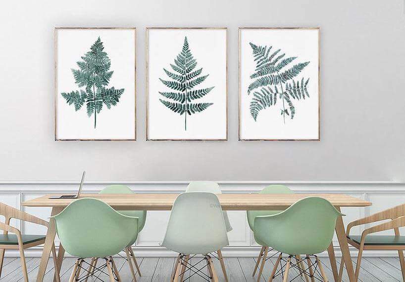 trzy ilustracje Green Fern od Watercolor Botanicals grafiki zielonych liści na drewnianym stołem