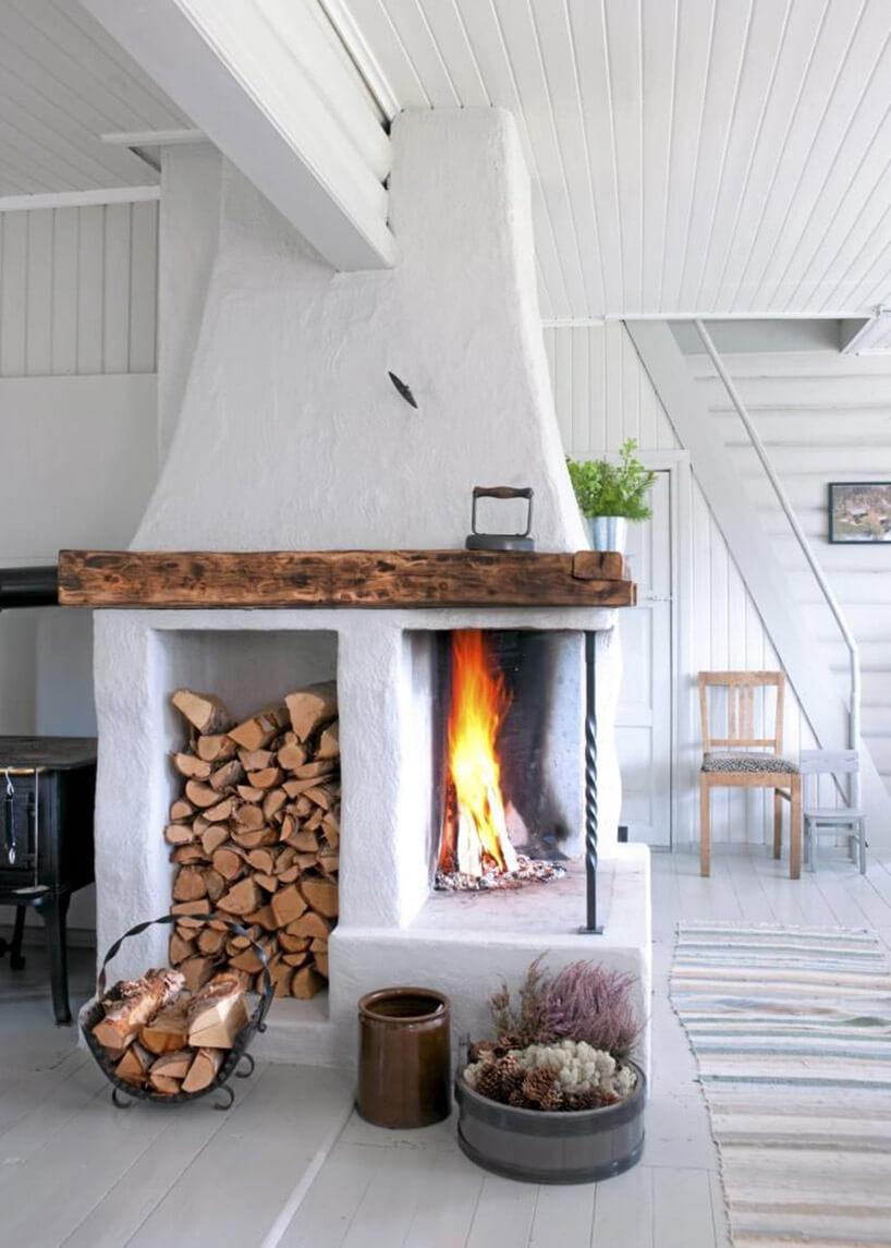 biały kominek bez zabudowy wdawnym stylu