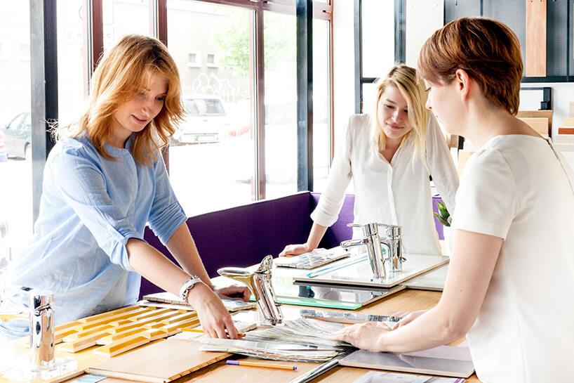 trzy projektantki podczas procesu projektowania