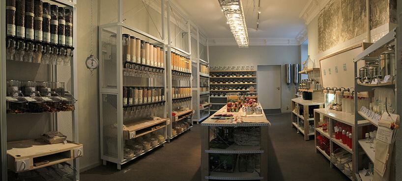 kuchnia zmnóstwem pojemników na składniki wrestauracji