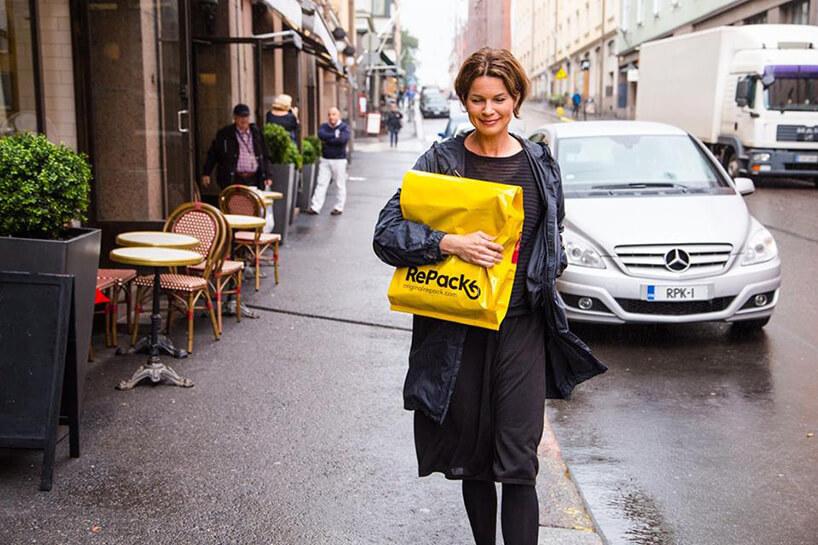 kobieta spacerująca ulica zżółtą paczką