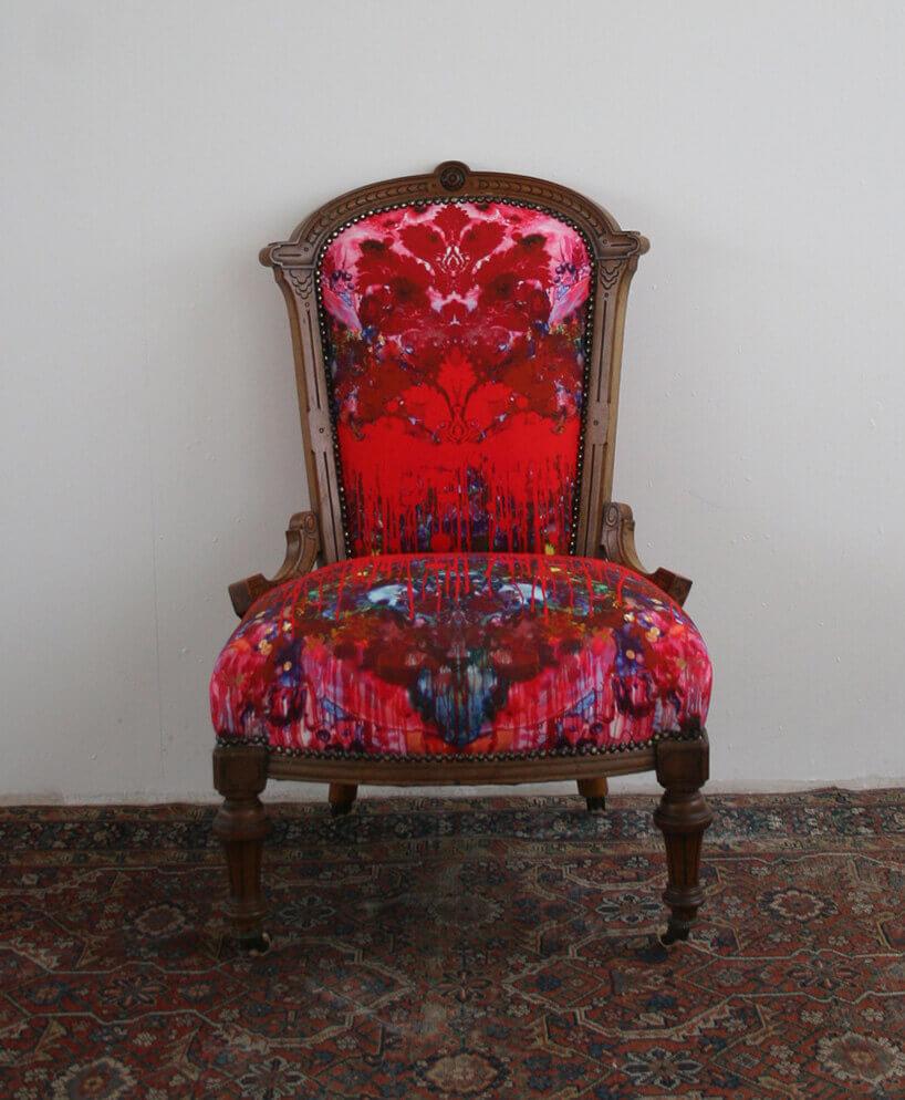 klasyczny fotel zczerwonym obiciem