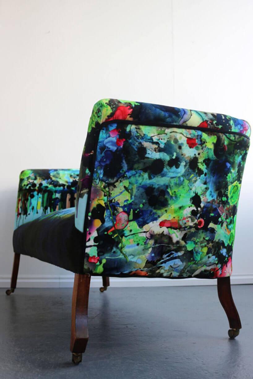 klasyczny fotel ztapicerką pomalowaną sprayem