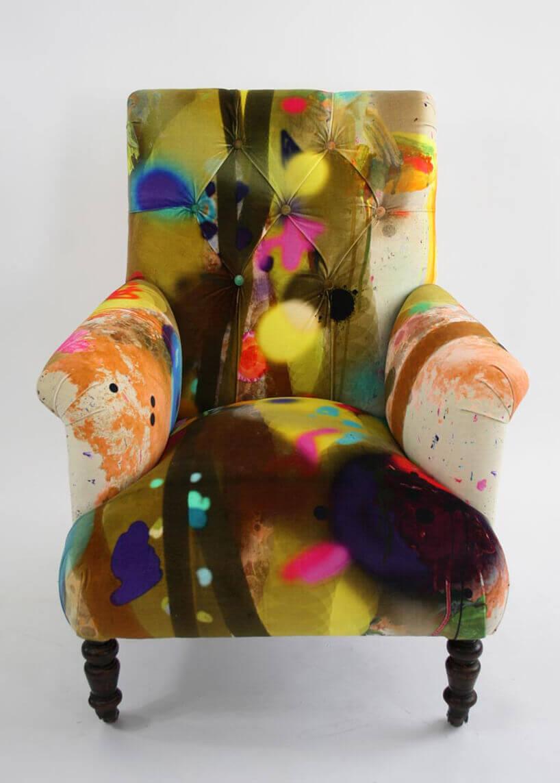 fotel wrażącej kolorystyce