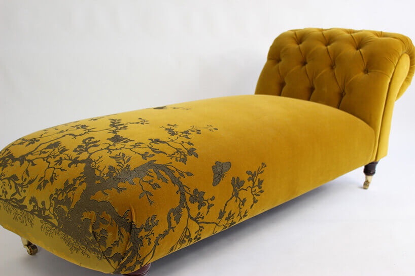 żółta leżanka zmotywem roślinnym