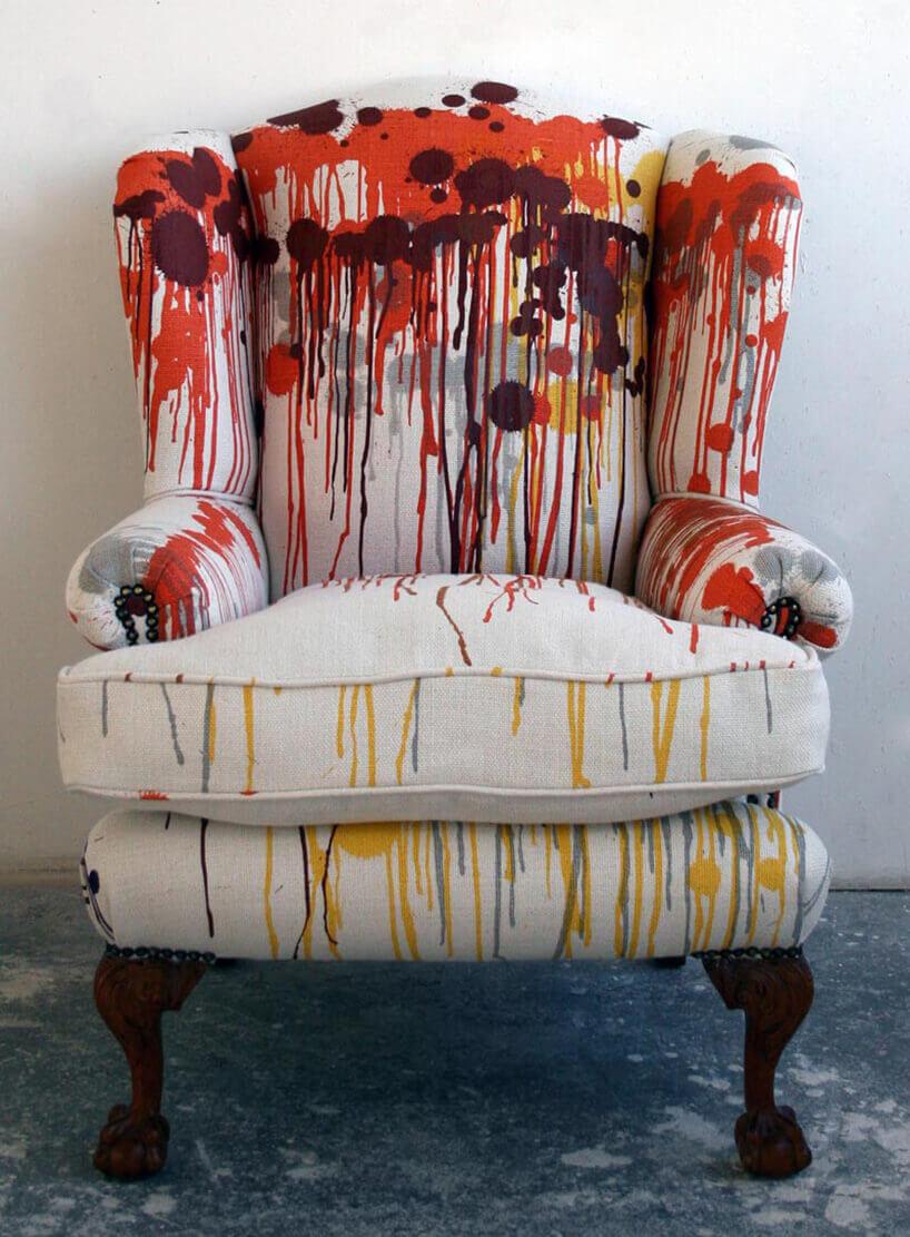 motyw lejącej farby na tapicerce fotela