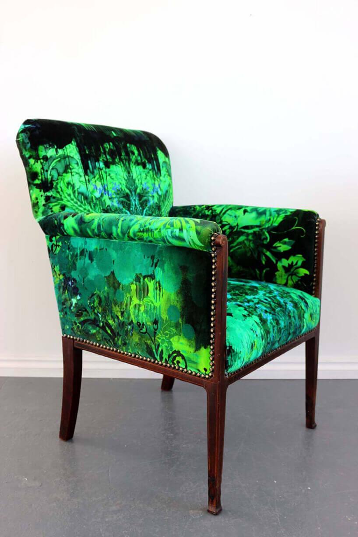 klasyczne krzesło zzielono czarną grafiką