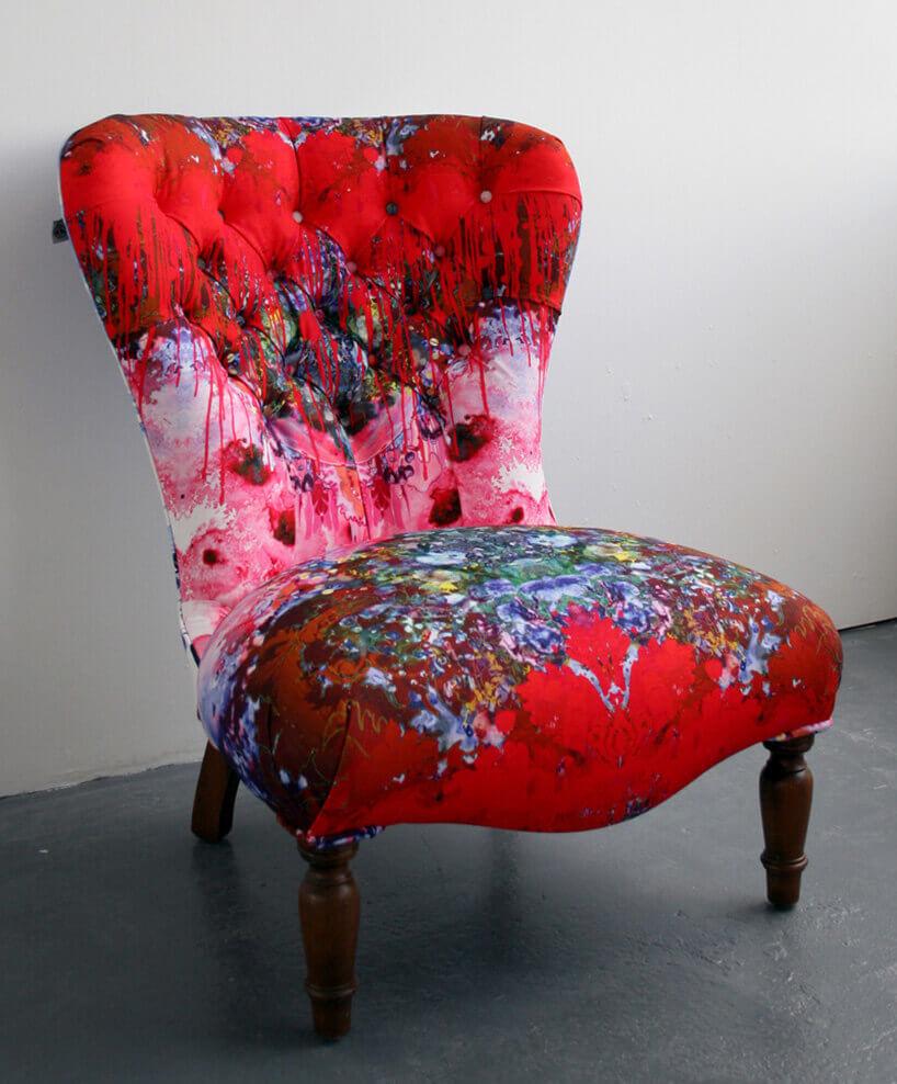 wielokolorowy fotel zbliska