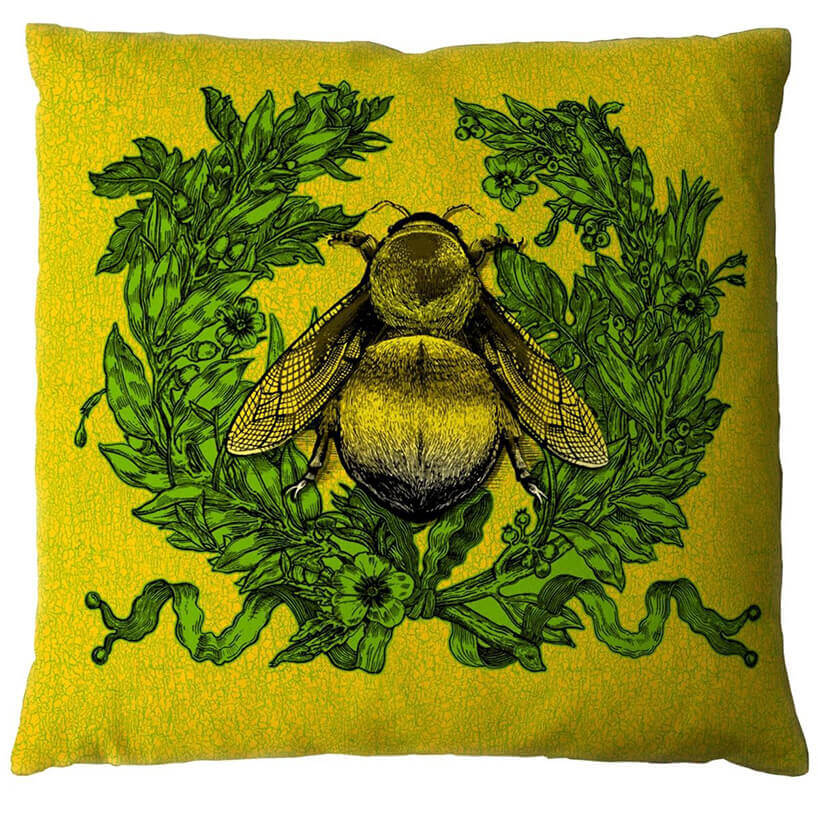 żółta poduszka zdużą muchą