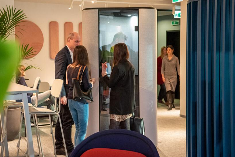 trzy osoby przy boksie akustycznym na otwarciu showroomu MDD